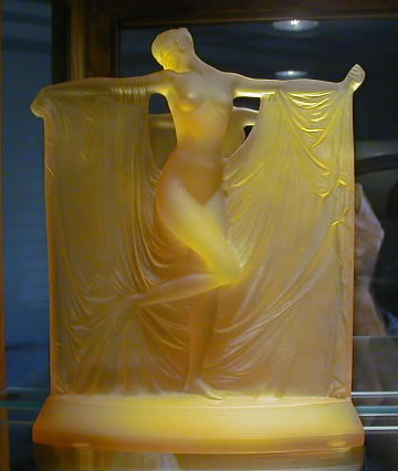 Suzanne-statue-yellow-opalescent