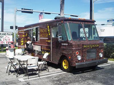 Food-truck-restaurant-parking-lot-food-culture